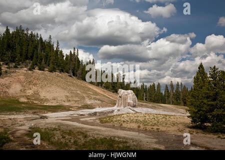 WY02189-00...Wyoming - Lone Star Geyser y nubes de tormenta en el Parque Nacional de Yellowstone. Foto de stock