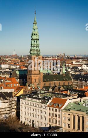 Dinamarca, Copenhague, Espira de antiguo la iglesia San Nicolás, ahora St Nicolaj Kunsthal, Centro de Arte Contemporáneo vista elevada de Christiansborg Palace remolcar