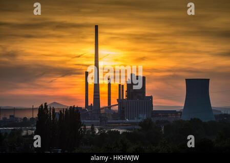 Planta de energía de carbón térmico al atardecer con el río Elba, Melnik, Bohemia Central, la República Checa, Europa