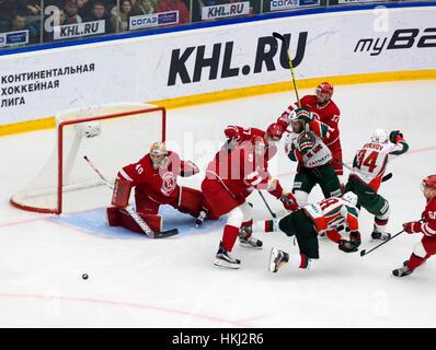 PODOLSK, Rusia - Enero 14, 2017: los jugadores no identificados por el equipo Vityaz gate en hockey Vityaz vs AKBars Foto de stock