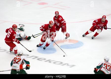 PODOLSK, Rusia - 14 de enero de 2017: E. Katichev (26) regatea sobre hockey Vityaz vs AKBars campeonato KHL en Rusia Foto de stock