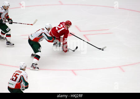 PODOLSK, Rusia - 14 de enero de 2017: N. Vyglazov (21) regatea sobre hockey Vityaz vs AKBars campeonato KHL en Rusia Foto de stock