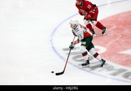 PODOLSK, Rusia - 14 de enero de 2017: V. Tkachyov (55) regatea sobre hockey Vityaz vs AKBars campeonato KHL en Rusia Foto de stock