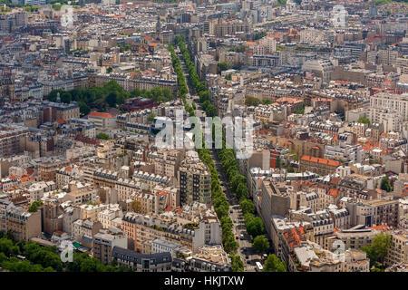 Edificios, calles y bulevares como visto desde arriba, en París, Francia.