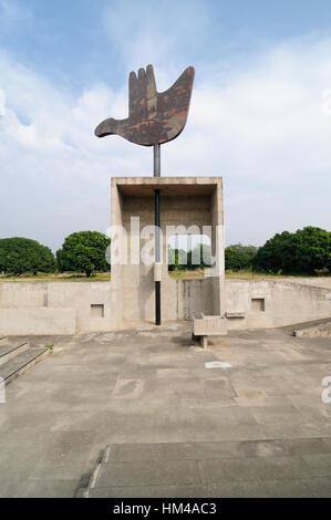 Inida, Le Corbusier mano abierta estatua, Chandigarh, Punjab Foto de stock