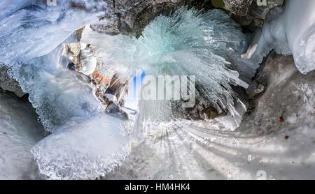 Panorama del amanecer en una cueva de hielo con carámbanos de Baikal, Olkhon.