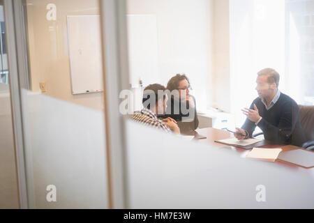 Jóvenes empresarios haber reunido en la sala de la junta