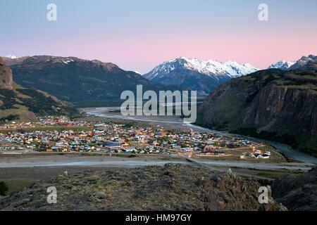 Vistas a la ciudad de El Chaltén y Río de las Vueltas y el río Fitz Roy, El Chalten, Patagonia Argentina, Sudamérica