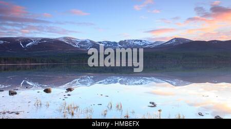 Norte de Coire se refleja en Loch Morlich