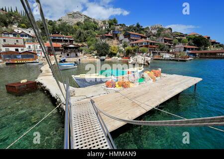 Peque o muelle de madera para botes y barcos deportivos en la playa cerca del puerto de ithaka - Trabajo en el puerto ...