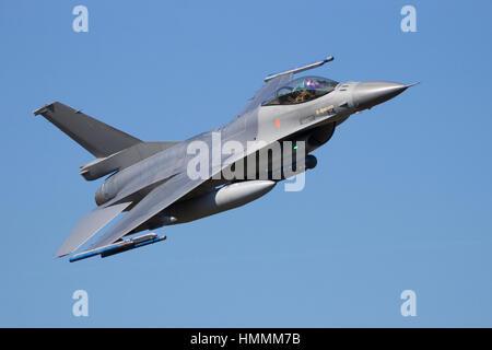 Aviones de combate F-16 haciendo un sobrevuelo rápido y bajo