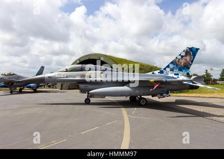 WITTMUND, Alemania - 29 DE JUNIO: la Fuerza Aérea Belga jet de combate F-16 en el maniquí Pharewell en Junio 29, 2013 en Wittmund , Alemania.