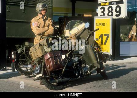 Normandía (Francia), veteranos de guerra y a los coleccionistas de vehículos militares vintage participar en las Foto de stock