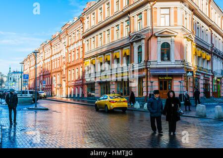 Moscú, Rusia. 5 Feb, 2017. Personas no identificadas a lo largo de Paseo de la calle Arbat. Esta calle peatonal es una de las principales atracciones turísticas de la ciudad. La temperatura es de -10 grados centígrados (unos 14F), por lo que no muchos turistas. © Alex's Pictures/Alamy Live News Foto de stock
