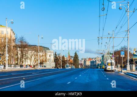 Moscú, Rusia. 5 Feb, 2017. Vista de la calle Volkhonka en dirección al Kremlin. La temperatura es de -10 grados centígrados (unos 14F), por lo que no muchos turistas. Domingo el tráfico es bajo. © Alex's Pictures/Alamy Live News Foto de stock