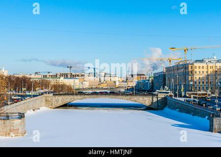 Moscú, Rusia. 5 Feb, 2017. Canal de derivación del río de Moscú está completamente congelado. La temperatura de hoy es bastante bajo, alrededor de -10 grados centígrados (unos 14F). Pequeño puente de piedra en el primer plano. © Alex's Pictures/Alamy Live News Foto de stock