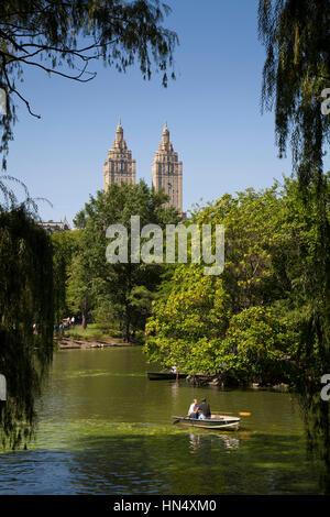 La Ciudad de Nueva York, Estados Unidos - Septiembre 20, 2008: la gente de remo en el lago, en Central Park, Manhattan. Las torres características de la San Remo apartm