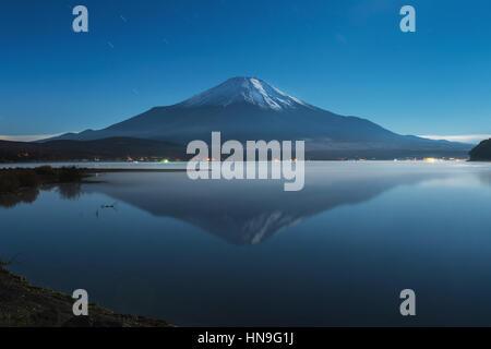 Vista de noche de cielo nublado y el Monte Fuji en la noche del lago Yamanaka, prefectura de Yamanashi, Japón