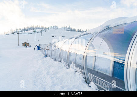 Levante la alfombra en la estación de esquí de fondo de montaña con nieve.