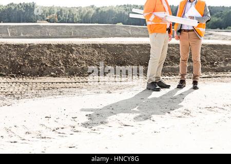 Bajo la sección de ingenieros con planos de pie al sitio en construcción