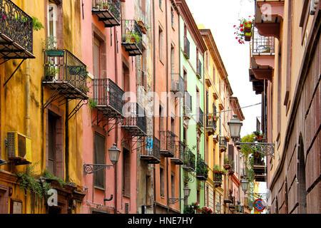 En Bosa colorida calle Old Town (Cerdeña, Italia)