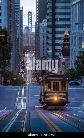 Vista clásica del histórico teleférico cabalgando en la famosa calle de California hermoso crepúsculo temprano en la mañana antes de la salida del sol en verano, San Francisco, EE.UU.