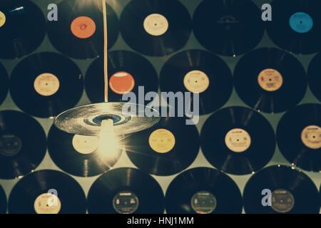 Los discos de vinilo retro en la pared