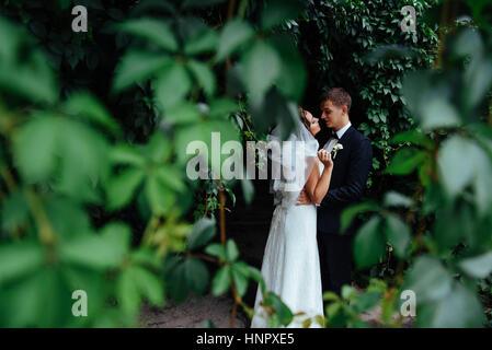 Hermosa joven pareja de novios besarse , rubia con novia flowe