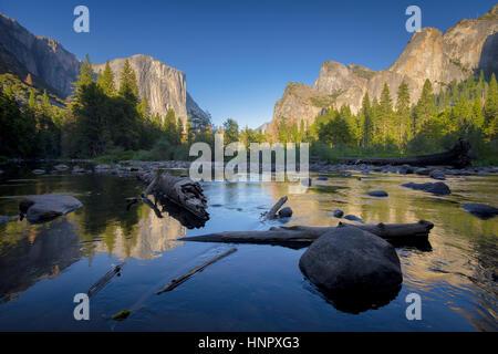 Vista clásica del pintoresco valle de Yosemite con Capitan de carril elevado famoso escalada cumbre y idílico río Merced en la hermosa luz del atardecer al atardecer, EE.UU.