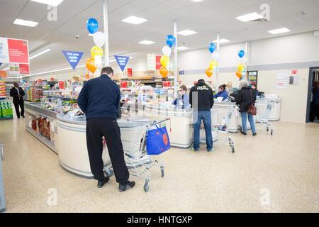 Supermercado ALDI store. interior foto de clientes en cajas Foto de stock