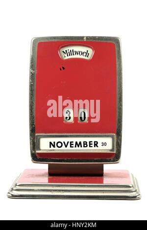Antiguo Calendario perpetuo en idioma alemán mostrando 30 de noviembre aislado sobre fondo blanco. Foto de stock