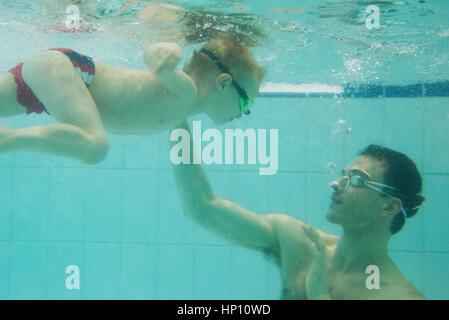 Hijo de padre enseñar a nadar