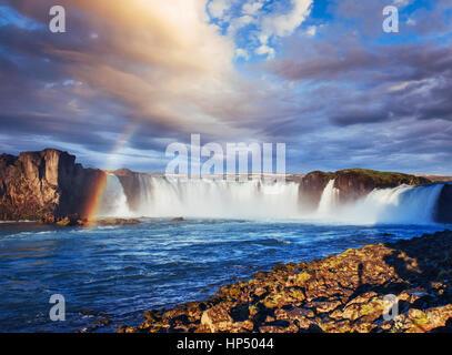 Cascada Godafoss al atardecer. Mundo de belleza. Islandia, Europa Foto de stock