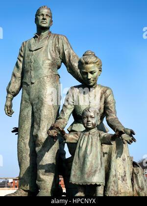 Neil Hadlock escultura que representa a los migrantes que viajan desde el norte de Europa a América a través del casco a casco Casco Marina Yorkshire, Inglaterra Foto de stock