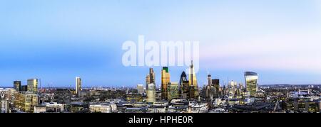 Londres, Reino Unido, Antena panorama sobre el distrito financiero con vistas a Tower Bridge y Canary Wharf, iluminada en penumbra