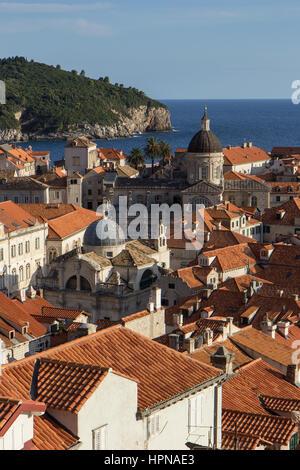 Vistas a los tejados rojos del casco antiguo de Dubrovnik, en Croacia, en la tarde.