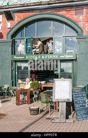 Riddle y finlandeses champán y Oyster Bar en Brighton Seafront.