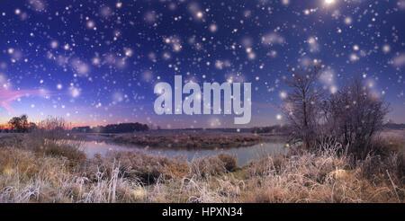 La noche de Navidad con nieve. Antecedentes La noche de Navidad. Copos blancos sobre el cielo nocturno. Foto de stock