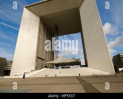 Grande Arche de La Défense, temprano en una mañana de domingo de verano. París, Francia.