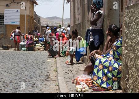 Las mujeres africanas vendiendo frutas y verduras en el mercado al aire libre en Praia, Cabo Verde. Foto de stock