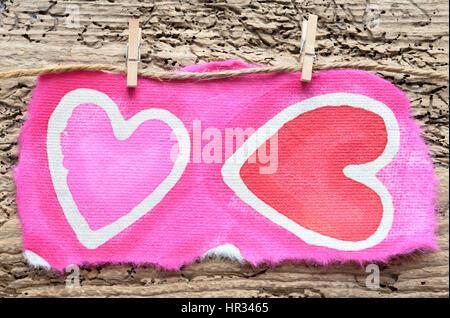 Corazón de papel nota sobre clavijas, espacio para copiar