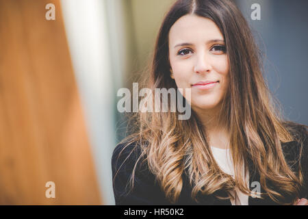 Joven mujer de negocios auténticos en entorno urbano
