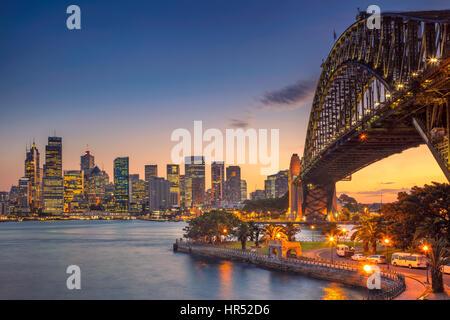 Sydney. Imagen del paisaje urbano de Sydney, Australia, con el Harbour Bridge durante la puesta de sol de verano. Foto de stock