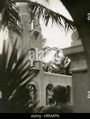 Buceo campeón olímpico, Helen Meany, buceo desde el alto trampolín de buceo en la piscina, en el Breakers Resort hotel en Palm Beach, Florida, en febrero de 1930.