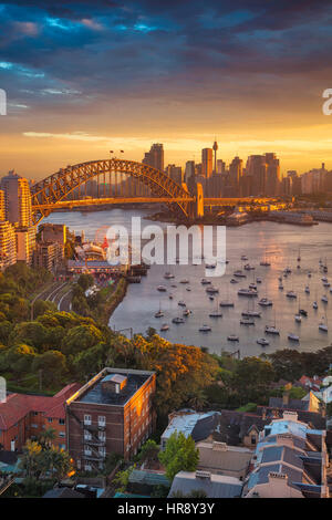 Sydney. Imagen del paisaje urbano de Sydney, Australia, con el Harbour Bridge y horizonte de Sydney durante la puesta de sol. Foto de stock