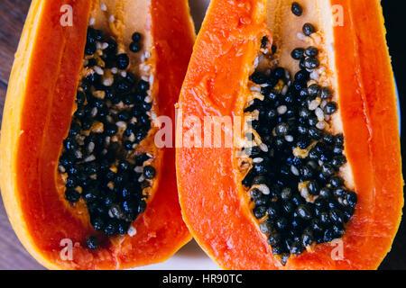 Papaya fruta sobre fondo de madera.