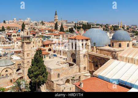 La iglesia del Santo Sepulcro, minaretes y cúpulas de los tejados de la Ciudad Vieja de Jerusalén, Israel, visto desde arriba.