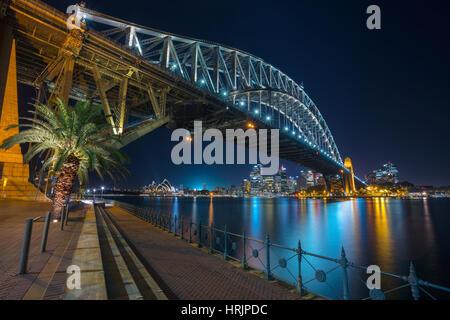 Sydney. Imagen del paisaje urbano de Sydney, Australia, con el Harbour Bridge en la noche. Foto de stock