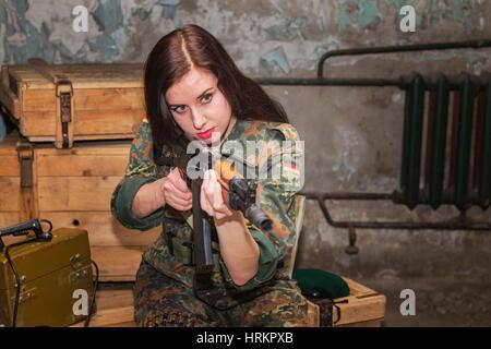 Una chica con un arma en sus manos.