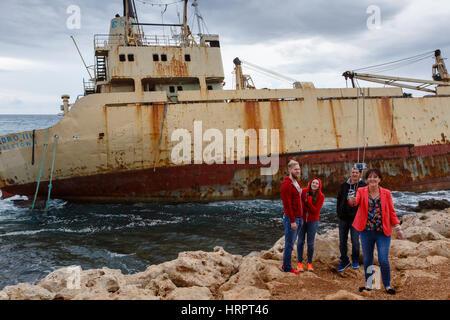 Los turistas tomando selfie al naufragio del Edro III, Pegeia, cerca de Paphos, en Chipre